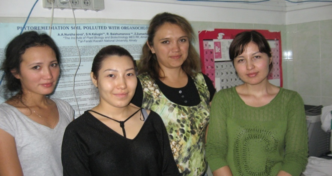 Сотрудники лаборатории (мнс.Алигулова Р., мнсЖаманбалиноваР. и мнс.Нурмухамбетова А.)